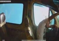 YOLCU MİNİBÜSÜ - 7 Kişinin Yaralandığı Minibüs Kazası Kamerada
