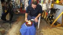 TÜRKIYE SAKATLAR DERNEĞI - Burhaniye'de Yardımsever Sanatçıya Yaş Günü Sürprizi