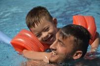 ENGELLİ ÖĞRENCİLER - Engelli Öğrenciler Hem Yüzmeyi Öğreniyor Hem De Doyasıya Eğleniyor