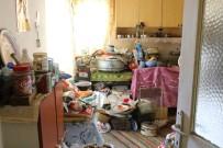 SOSYAL BELEDİYECİLİK - Yaşlı Kadının Evinden 4 Kamyon Çöp Çıktı