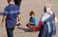 KÜÇÜK KIZ - Darbukacı Küçük Kız, Eminönü'nde İlgi Odağı Oldu