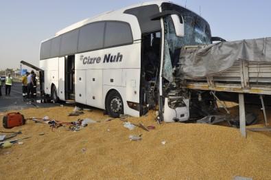 Yolcu otobüsü tıra saplandı: Çok sayıda ölü ve yaralılar var