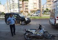 ZÜBEYDE HANıM - Otomobilin Çarptığı Motosikletin Kadın Sürücüsü Yaralandı