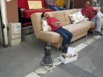 YAŞAM MÜCADELESİ - Hayatın Yorgunluğuna Dayanamayıp Uyuyakaldı