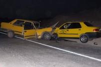 TİCARİ TAKSİ - Sivas'ta İki Otomobil Çarpıştı Açıklaması 5 Yaralı