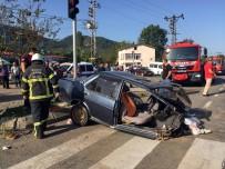 OTOBÜS ŞOFÖRÜ - Otobüsün Çarptığı Otomobil İkiye Bölündü Açıklaması 3 Yaralı