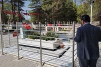ÇUKURKUYU - Rektör Akgül, Şehit Ömer Halisdemir'in Kabrini Ziyaret Etti