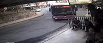 YıLDıZ TEKNIK ÜNIVERSITESI - Kontrolden Çıkan Otobüs Kaldırımdaki Adamı Altına Aldı