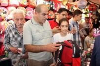 OKUL ALIŞVERİŞİ - Okul Alışverişinde Vatandaşlar Sıraya Girdi, Esnafın Yüzünü Güldü