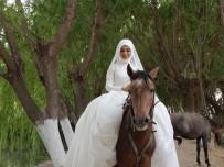 SINDELHÖYÜK - Biniciliği Seven Gelin, Düğün Öncesinde Gelinlikle Ata Bindi
