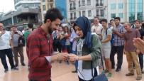 KIRMIZI GÜL - Taksim Meydanında Evlilik Teklifi