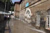 BİTLİS - Bitlis Belediyesi Okul Bahçelerini Yıkadı