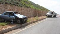 ADıYAMAN ÜNIVERSITESI - Otomobil Minibüse Çarptı Açıklaması 2 Yaralı