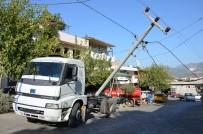 Milas'ta Freni Patlayan Kamyon Elektrik Direğini Yıktı