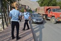 ŞAHIT - Otomobil, Kaldırımdaki Vatandaşa Çarptı