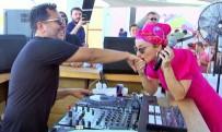 DJ - Sahnede Kocasının Elini Öptü