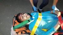 SAĞLIK GÖREVLİSİ - Sıkıştığı Araçtan Yaralı Çıkarılan Çocuk Babasını Sayıkladı