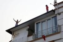KAYGıSıZ - Cezaevi Firarisi Polisleri Görünce Çatıya Çıktı