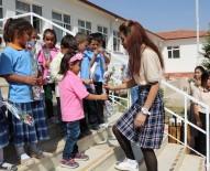 Öğrenciler, İlkokul 1'İnci Sınıf Öğrencilerini Çiçekle Karşıladı