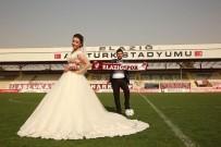 ELAZıĞSPOR - Düğün Fotoğraflarını Sahada Çektirdiler