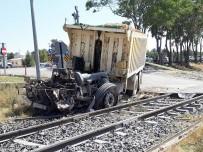 FıRAT ÜNIVERSITESI - Freni Patlayan Kamyon Trene Çarptı Açıklaması 1 Yaralı