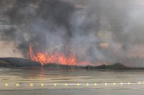 GARNİZON KOMUTANI - Mogan Gölü'nde Sazlık Alan Yangını Devam Ediyor