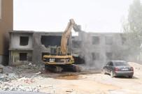 KARŞIYAKA - Muş'ta Metruk Binalar Yıktırılıyor