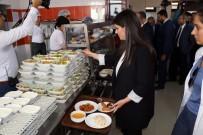 Jülİde Sarieroğlu - Yemek sırasında bir bakan