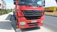 Burhaniye'de Yağ Tankerinin Çarptığı Otomobilin Sürücüsü Yaralandı