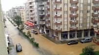 KÖY YOLLARI - Ev Ve İş Yerlerini Su Bastı, Yollar Ulaşıma Kapandı