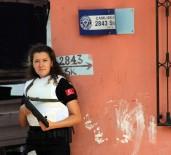 KADIN POLİS - Kadın Polis Sokak Levhasında Uyuşturucu Buldu