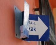 KADIN POLİS - Sokak Levhasında Uyuşturucu Bulundu