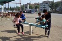 Göçmen Çocuklar Her Şeyden Habersiz Parkta Oynadı