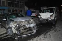 EKMEK FIRINI - Hafif Ticari Araç Park Halindeki Otomobile Çarptı Açıklaması 1 Yaralı