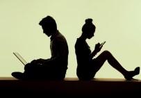AKILLI TELEFON - Günde Bir Dakika Kitap Okunurken, Üç Saat Telefonla Zaman Geçiyor