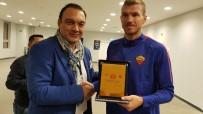 EDIN DZEKO - İtalya-Azerbaycan Dostluk Ve İşbirliği Derneği'nden Karabağ - Roma Maçında Ödül