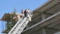 İTFAİYE MERDİVENİ - Konya'da İnşaatın Çatısında Kalıp Çöktü Açıklaması 4 Yaralı