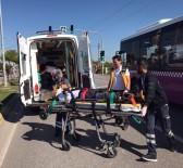 SAĞLIK GÖREVLİSİ - Sakarya'da Elektrikli Bisiklet İle Motosiklet Çarpıştı Açıklaması 2 Yaralı