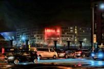 LIVERPOOL - İngiltere'de Otoparkta Yüzlerce Otomobil Yandı