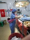 EYÜP SULTAN - Nijer'li Anne Ameliyatı Sırasında Bebeğini Bırakacak Kimse Bulamayınca, Yardımına Türk Hemşire Mülkiye Okyay Yetişti