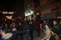 GÜVEN TİMLERİ - Taksim'de İki Kadını Taciz Eden İki Kişi Güven Timleri Tarafından Yakalandı