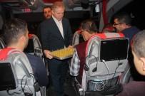 TRAFİK DENETİMİ - Vali Gül, Yeni Yıla Otobüste Giren Yolculara Tatlı İkram Etti