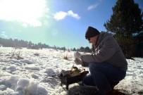 MANGAL KEYFİ - Yeni Yılın İlk Gününde Uludağ'da Kar Üzerinde Mangal Keyfi