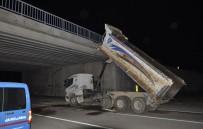 BEYİN TRAVMASI - Açık Unutulan Damper Köprüye Çarptı Açıklaması 3 Yaralı