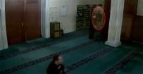Camiye Dadanan Ayakkabı Hırsızları Kamerada