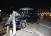 TRAFİK YOĞUNLUĞU - Otomobil Bariyerlere Saplandı Açıklaması 3 Yaralı