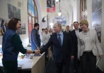 RUSYA DEVLET BAŞKANı - Rusya Devlet Başkanı Putin, Seçim Merkezini Ziyaret Etti