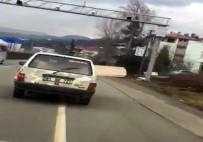 Aracın Camından Çıkan Tahtalar Trafiği Tehlikeye Soktu