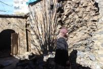 EVDE TEK BAŞINA - Yaşlı Kadın Harabe Evde Yaşam Mücadelesi Veriyor