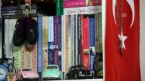 Cihaza Bağlı Soluyan Genç Kız Tek Parmağıyla Kitap Yazdı